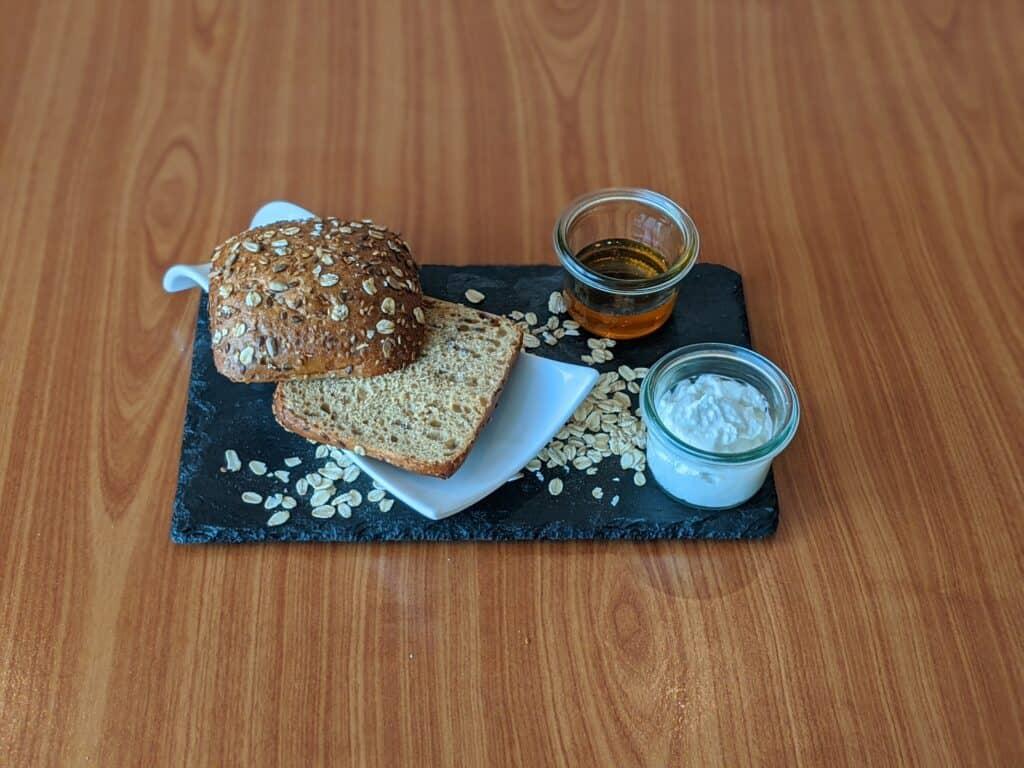 Dinkelbrötchen mit Speisequark, Honig und Haferflocken