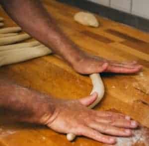 Baguette backen: Von Bäckerhand gedrehtes Stangenbrot