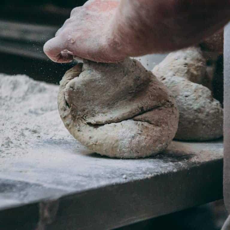 Bäcker knetet Brotteig