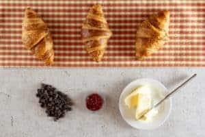 3 Croissants mit Marmelade, Schokolade und Butter