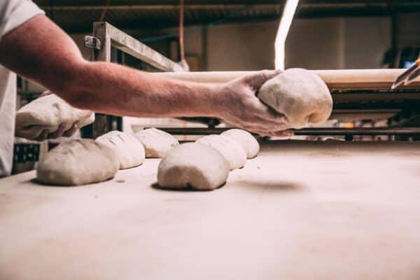 Händisch gefertiges Sauerteigbrot auf dem Weg zur Teigruhe