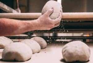 Bäckerhand mit Teigling