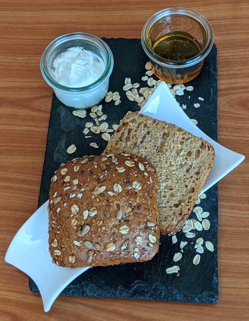 Dinkelbrötchen verfeinert mit Speisequark und Honig