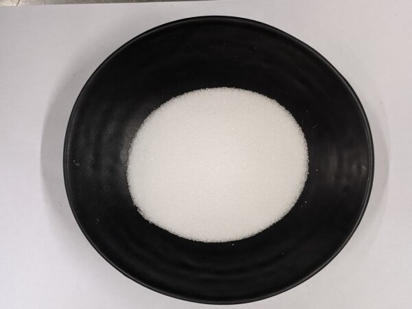Zucker in schwarzer Schale