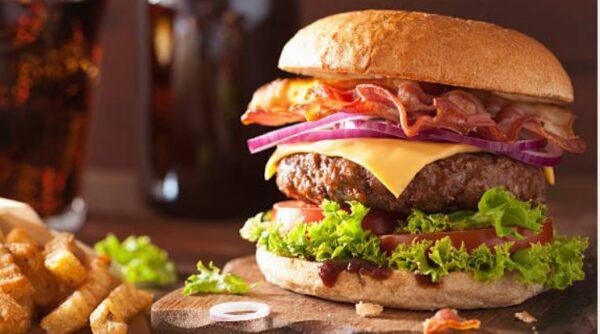 Burger, selbst gemacht mit reichlich Beilagen