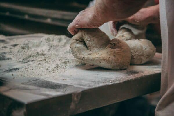 Von Bäckerhand gekneteter Brotteig