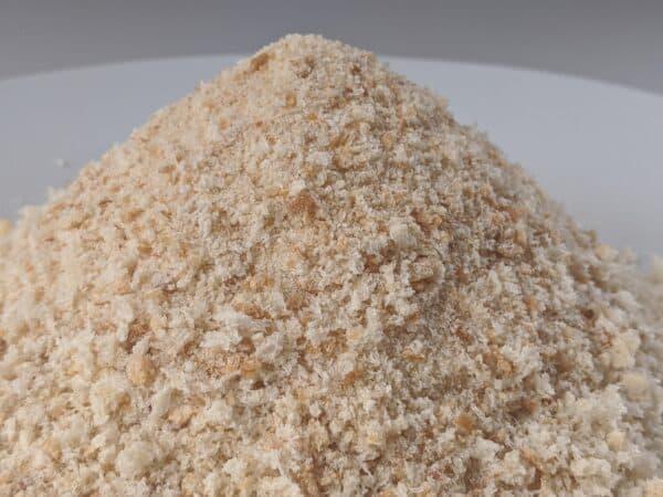 Paniermehl / Semmelbrösel auf einem Teller