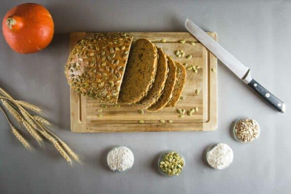 Weizenmischbrot mit Kürbiskernen, zum Anschneiden bereit