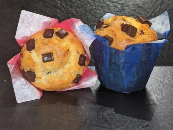 Zwei Muffins mit Schokochips