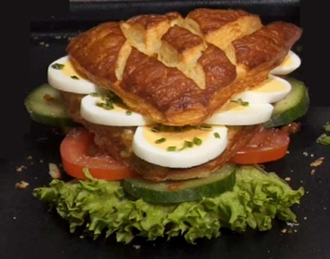 Laugenecke mit Tomaten, Gurke und Ei