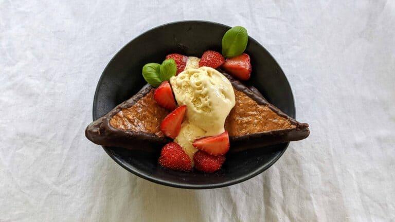 Nussecken mit Vanille-Eis und frischen Erdbeeren